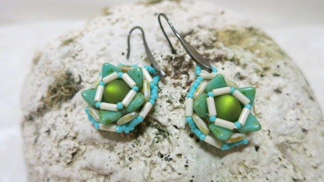 Image of earring round flower-green
