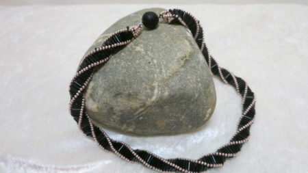 Gefrehte Kette auf Stein