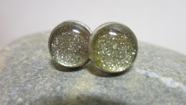 earring studds golden glitter on stone