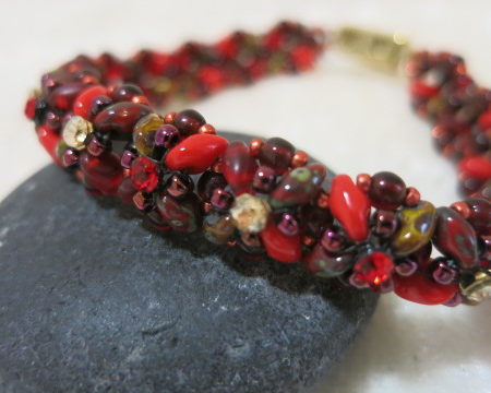 bracelet red brown with box lock gold on stone