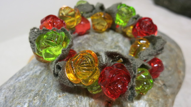 bracelet green red golden rose beads on stone