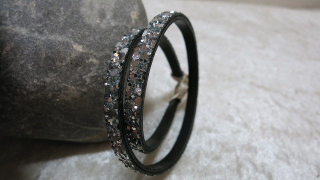 bracelet leather black with glitter standing position