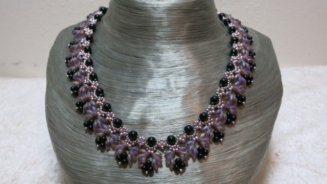 necklace elegant collier rose black on bust