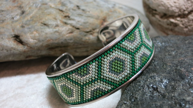 bracelet open bangle ethno pattern in green and silver colors