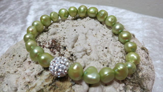 bracelet freshwaterpearls olive colored on elastic with glittering beads on shell